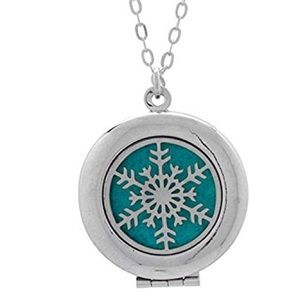 Jewelry - NWOT Snowflake essential oil diffuser necklace